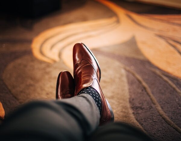 チラッと見えるからこそ印象的!スーツの時の靴下にも気を使ってますか?【マッチョ塾】